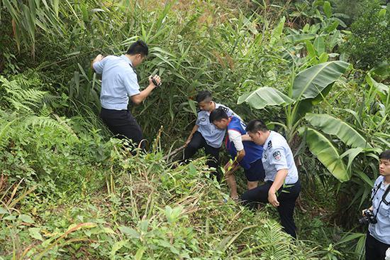 办案民警带嫌疑人指认案发现场。番禺警方供图