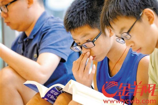 """在广州购书中心读书的""""眼镜哥、眼镜妹""""好多。"""