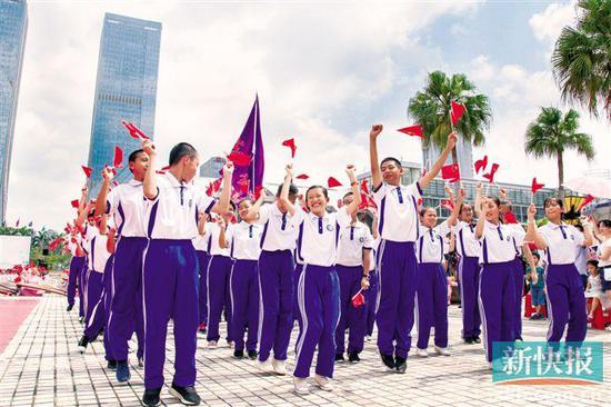 ■五邑大学合唱团学生欢呼雀跃。