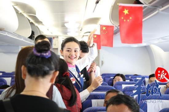 退役乘务长重返蓝天 和旅客合唱《我和我的祖国》