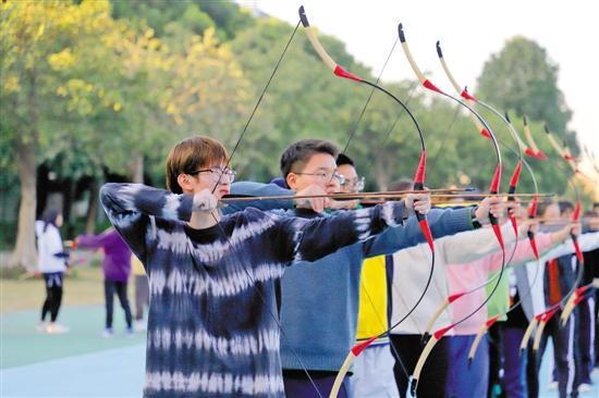 射箭课上,同学们统一瞄准箭靶