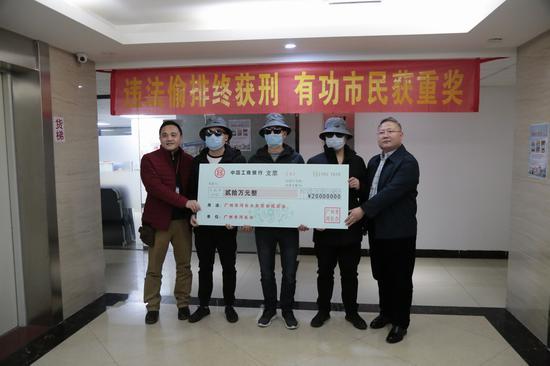 市河长办负责人为举报者颁发奖金。