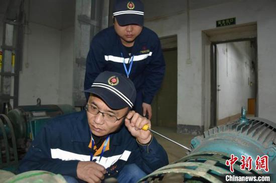 听电机和水泵轴承是否磨损、缺油 王义 摄
