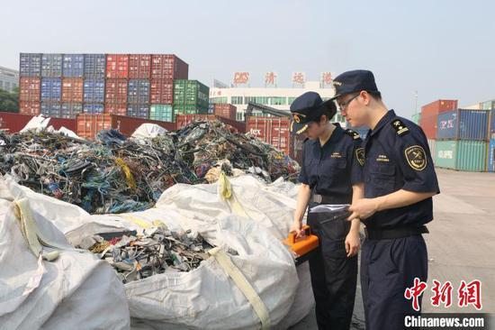 """广州海关依法退运""""洋垃圾""""220余吨 张静 摄"""