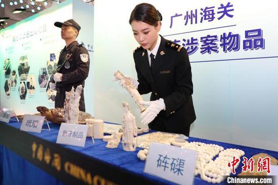 """广州海关在广州白云机场开展""""不把象牙带回家""""公益宣传活动 池兆恩 摄"""