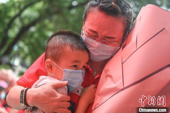 广东131名援鄂医疗队队员结束休整返院 陈骥�F 摄