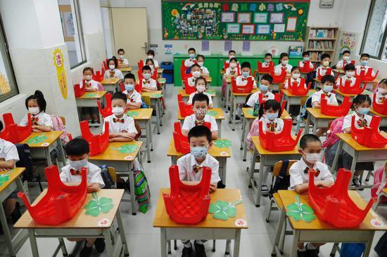 广州市天河区华康小学教室保持单人单桌。