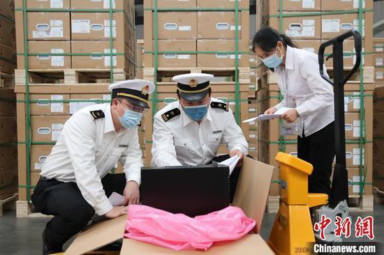 深圳海关为出口5G基站配套设备提供快速通关服务。 资料图 王旭 摄
