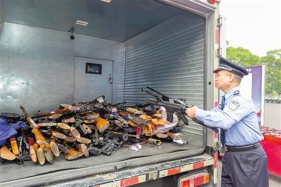 警方在韶关钢铁厂集中销毁非法枪爆物品 通讯员 韦昌鸿 摄