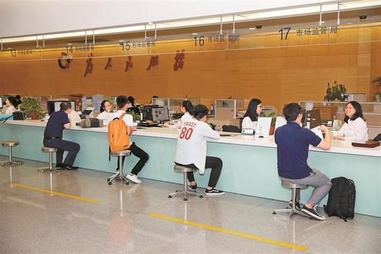 在深圳市行政服务大厅 ,市民正在办理业务。 深圳晚报记者 杨少昆 摄