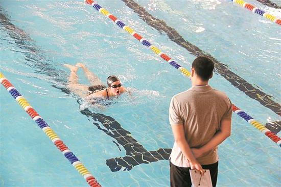 考生在参加游泳考试。2017年,深圳首次将游泳纳入中考体育选考项目。 资料图片