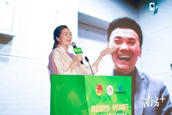 李红梅与蔡志雄现场连线对话。