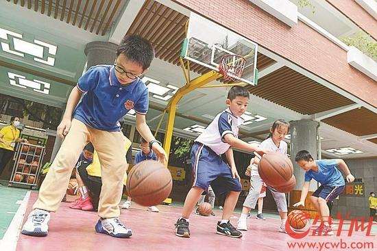 19日,在广州小北路小学天香街校区,暑期托管学生正在上篮球课 羊城晚报全媒体记者 林桂炎 摄