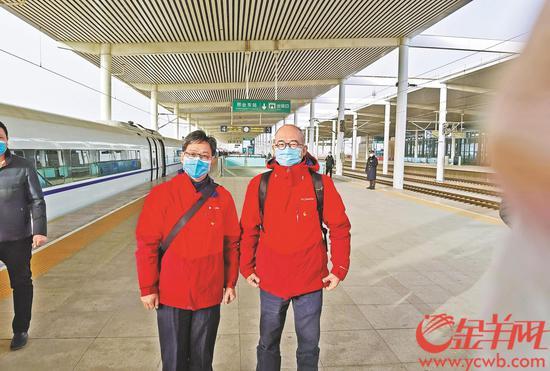 昨日,张忠德(左)与邹旭(右)抵达邢台