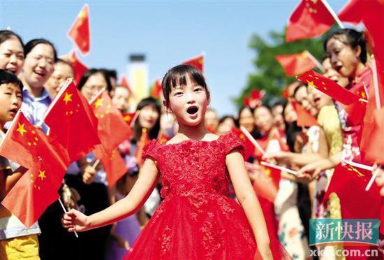 ■鹤山各界快闪活动中一女孩深情演唱《我和我的祖国》。