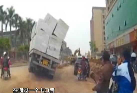 拖挂车上砖块突然倾卸 SUV被压扁车后骑士被吓呆