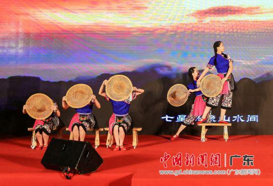 2019恩平市文商旅展暨第五届�{菜美食文化节启动仪式举行文艺表演。