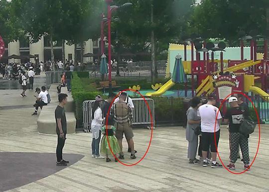 7月18日当天监控截图,红圈内为发放假房卡的犯罪嫌疑人。 浦东警方供图