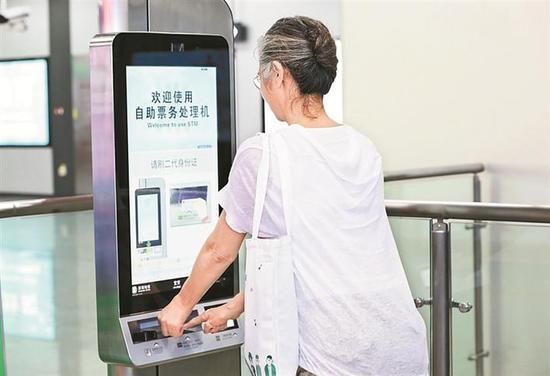 ▲老人使用自助票务处理机进行注册。 深圳晚报记者 王新根 摄