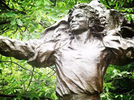 这里的雕塑形态各异,栩栩如生,连一代舞王迈克尔杰克逊的雕塑都有..……