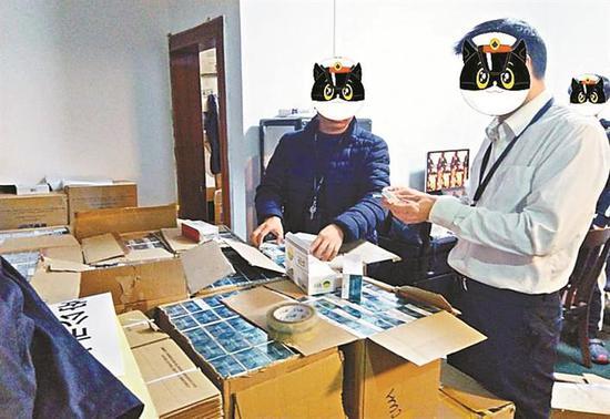 """▲南山警方查获大量非法渠道囤积售卖的""""烟弹""""。(现场工作人员面部经过特殊处理) 南山警方供图"""