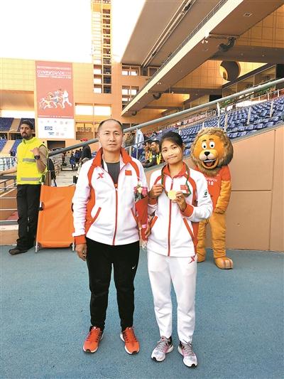 李贺夺得女子200米冠军后与教练合影。