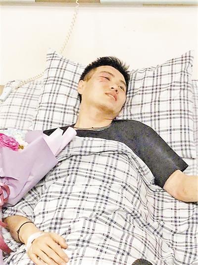 受伤副驾驶 (图来自《四川日报》)