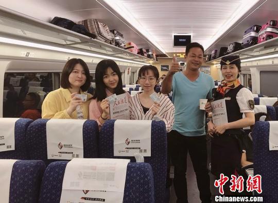 """5月1日,三位90后女生,趁着""""五一""""放假结伴同行一起乘坐G6381次赴香港""""买买买""""。 广九客运段供图 摄"""
