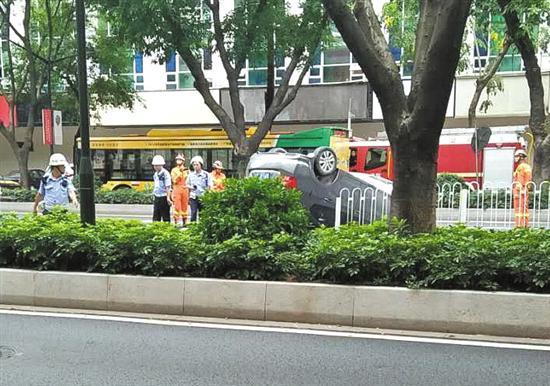 环市东路广工路段6月16日发生小车撞护栏翻车事故 读者供图