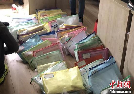 图为在一名嫌疑人住所,民警搜出的数十家空壳公司信息。绍兴公安局供图