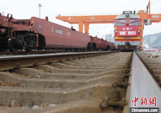 """""""深赣欧""""中欧班列的开通,将进一步增强深圳港的辐射能力,提升深赣两地外贸发展质量和对外开放水平。 资料图 李砚伟 摄"""