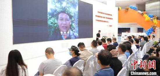开业现场,连线云南拉祜族芒掌咖啡庄园主胡希祥。 大湾区科技创新服务中心 供图