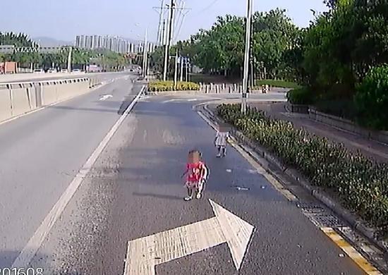 马路车道闯入2个3岁女童 他停车把小孩抱到安然区域