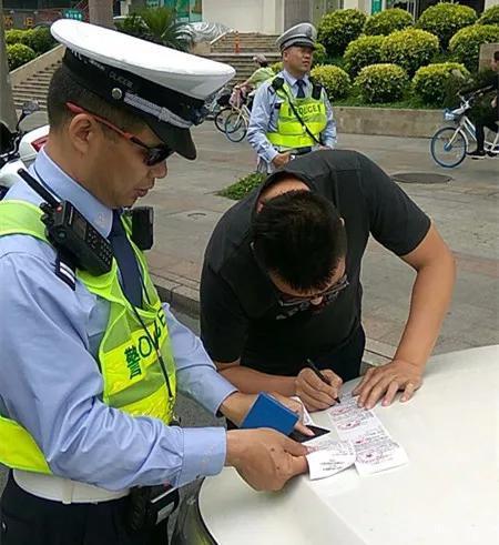 几分钟后,胡某驾驶粤C3××35号小车也因为斑马线前不让行人被处罚。