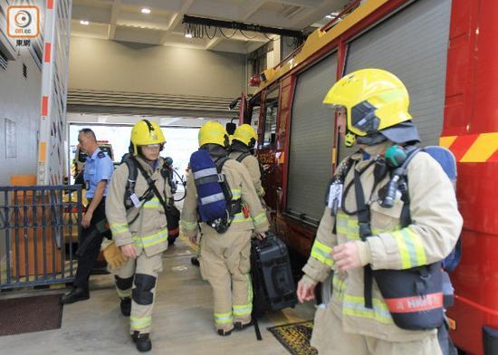"""随后当地消防人员赶至现场,救起船上21人。(香港""""东网"""")"""
