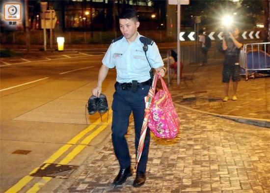 警方拿走受伤男子物品
