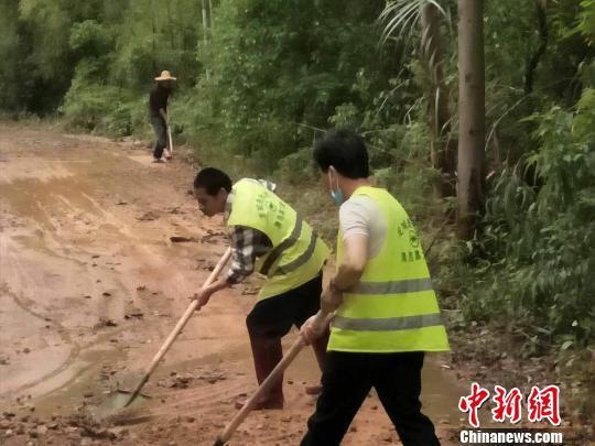 广东惠州市龙门县龙城街道办事处在组织清除道路泥土 谭翠花 摄