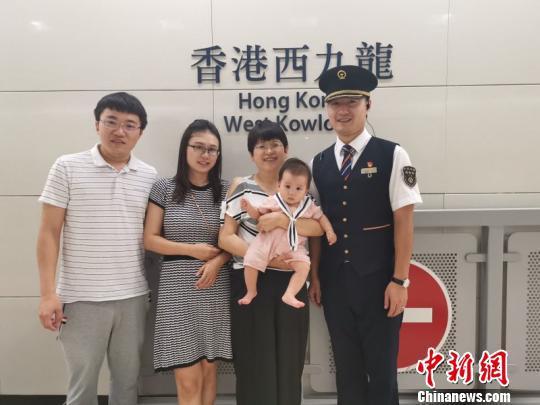 李先生一家与张佳车长合影 广九客运段供图 摄
