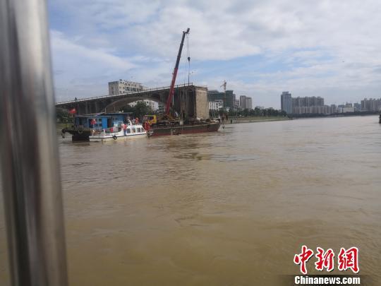 东江大桥垮塌现场第二辆落水汽车打捞出水 陈德峰 摄