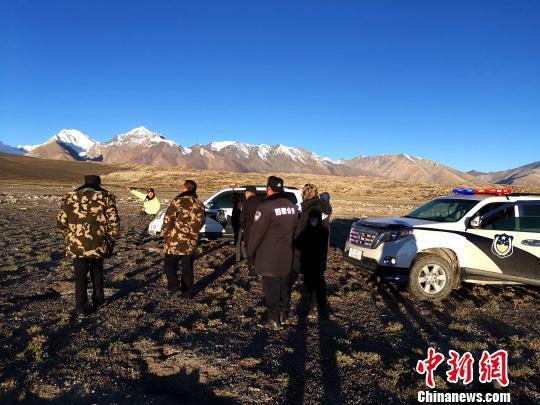 10月5日清晨,西藏吉隆县警方在希夏邦马峰山脚下寻找3名被困的业余登山游客位置。西藏日喀则市吉隆县公安局