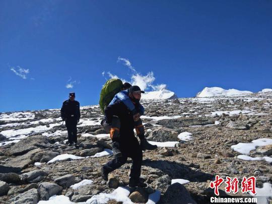 图为西藏吉隆民警将被困游客背下山。西藏日喀则市吉隆县公安局