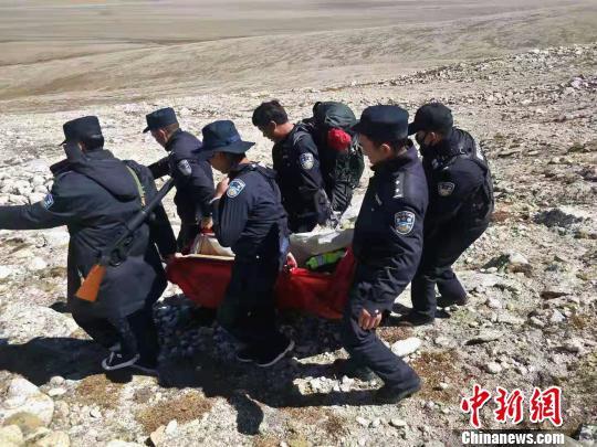 西藏吉隆民警合力将被困游客抬下山。西藏日喀则市吉隆县公安局