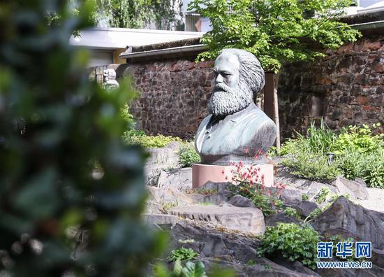 这是5月3日在德国特里尔马克思故居纪念馆院内拍摄的马克思雕像。