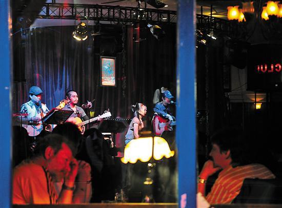 在南京工作、旅游的外国人,夜晚多喜欢到酒吧访友聚会