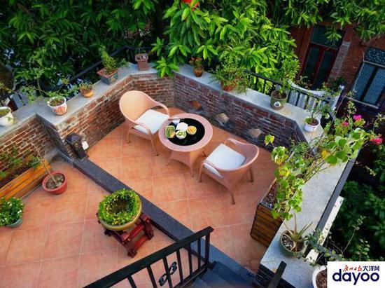 东山别墅的一个阳台,有花有草,采光良好.13x9v别墅别院图片