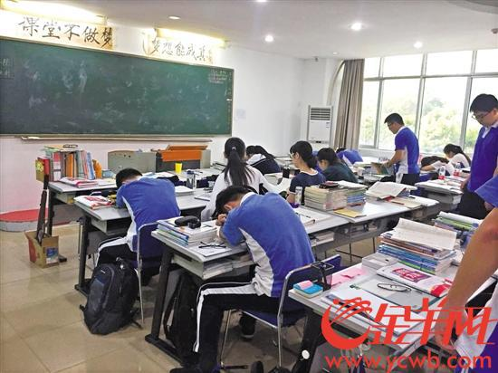 高考复读班开课,座无虚席