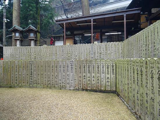 宝山寺庭院里立着捐赠人题名石碑若干