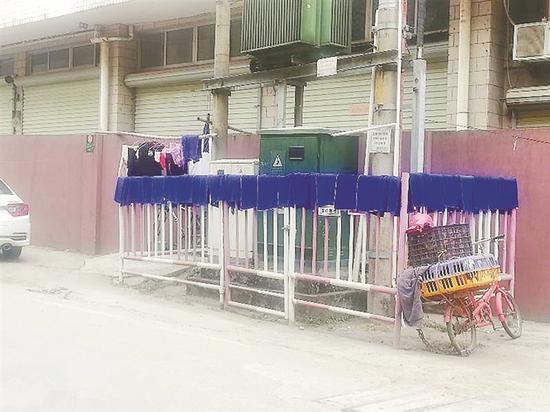 """▲""""变压器""""围栏上晾晒了附近美发店的很多毛巾。 市民供图"""