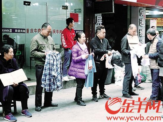 鹭江村制衣老板手拿衣服招聘工人
