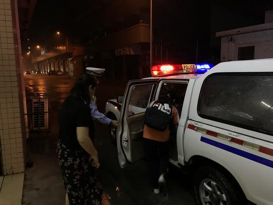 南海一母亲雨夜接孩子出事故 交警举动暖人心